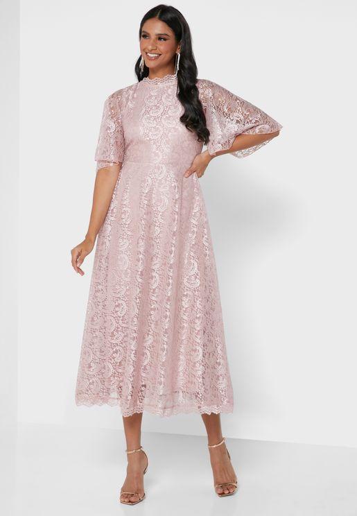 فستان دانتيل باكمام واسعة