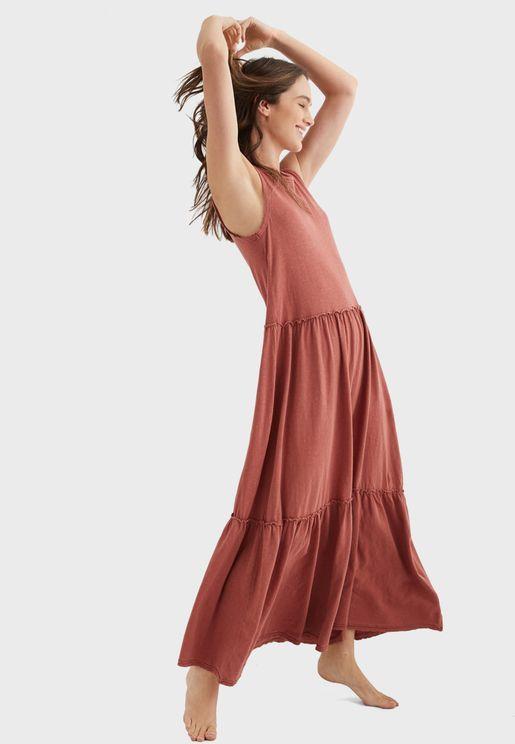 فستان بلا اكمام ومزين بكشكش