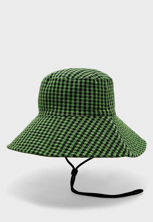قبعة بطباعة مربعات