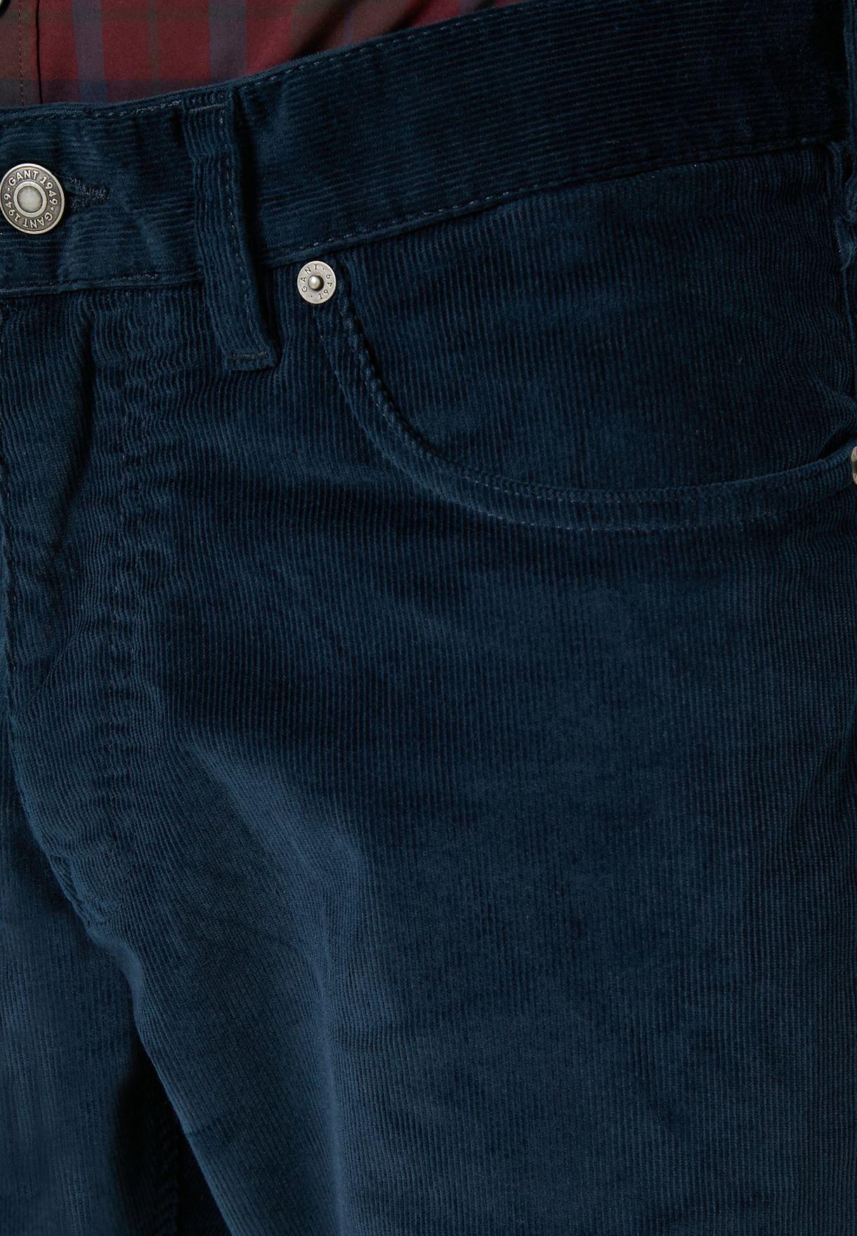 بنطال جينز بقصة مريحة
