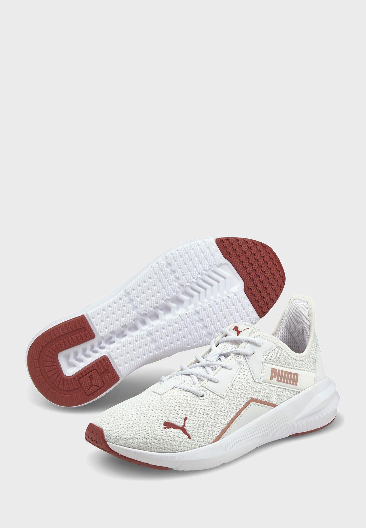 حذاء رياضي لامع