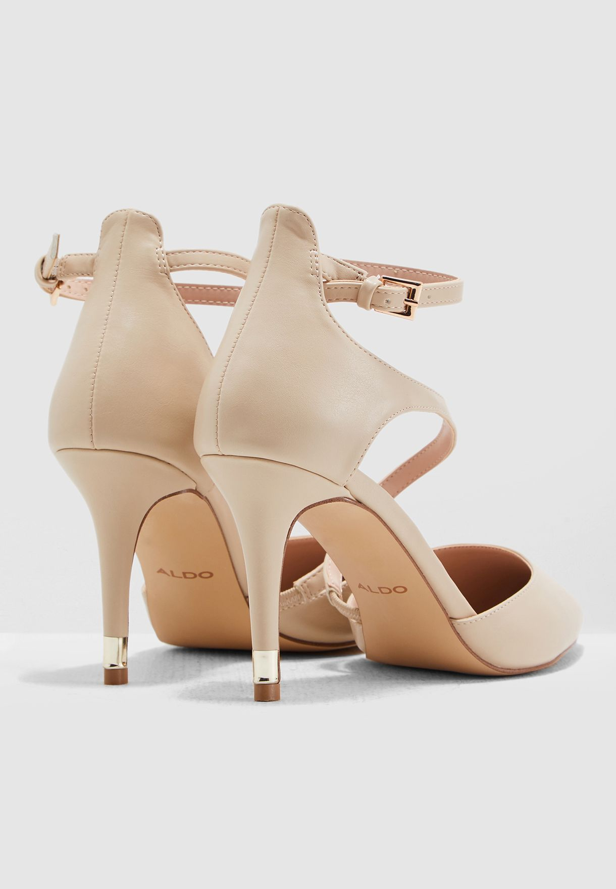 حذاء بكعب مرتفع