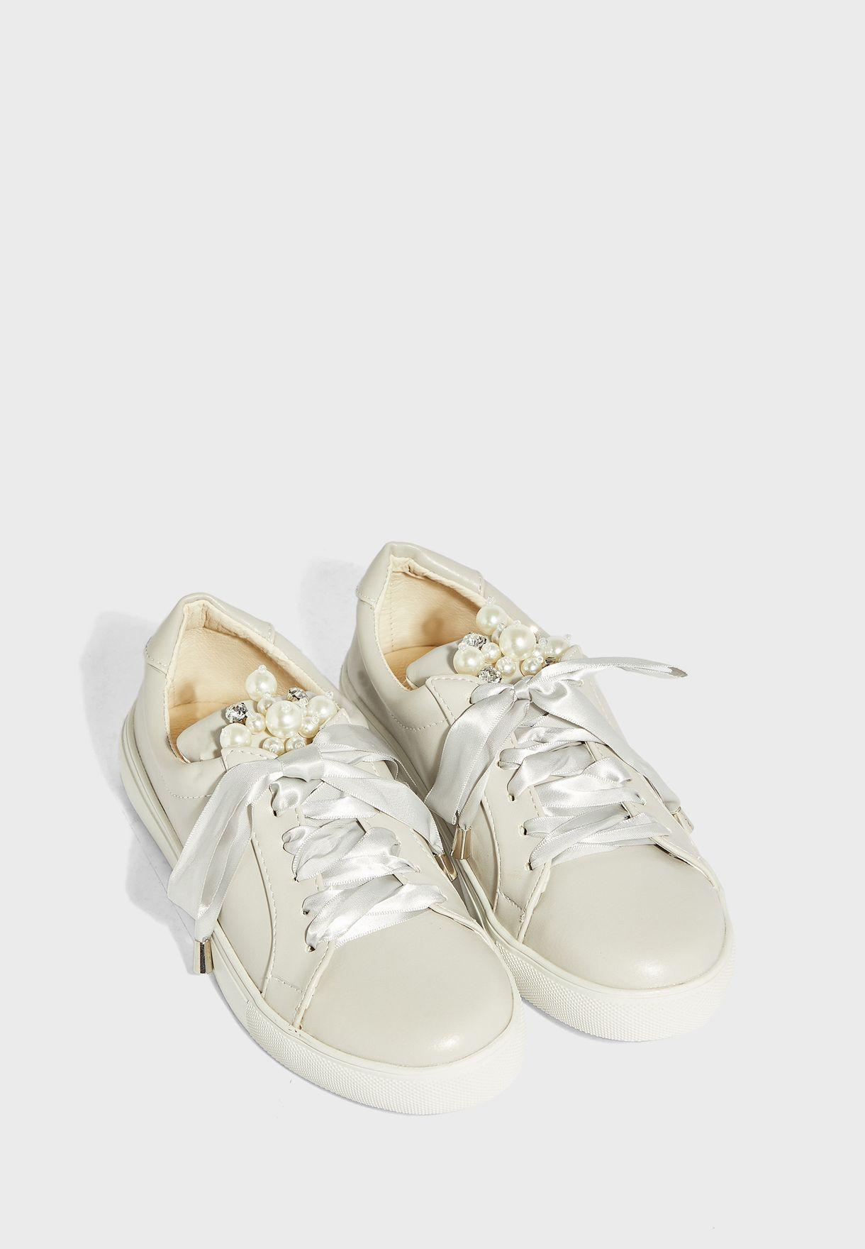 حذاء سنيكرز مزين باللؤلؤ