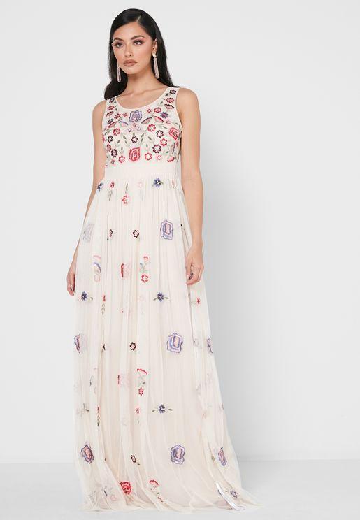 فستان مطرز بأزهار