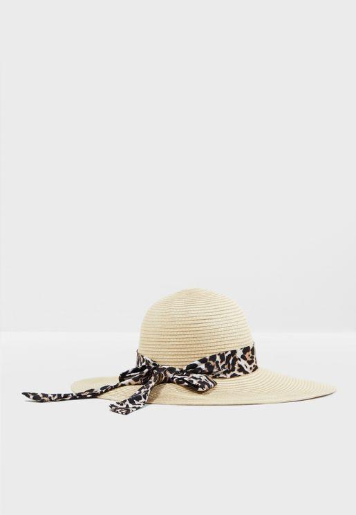 قبعة مزينة بشريط مطبع