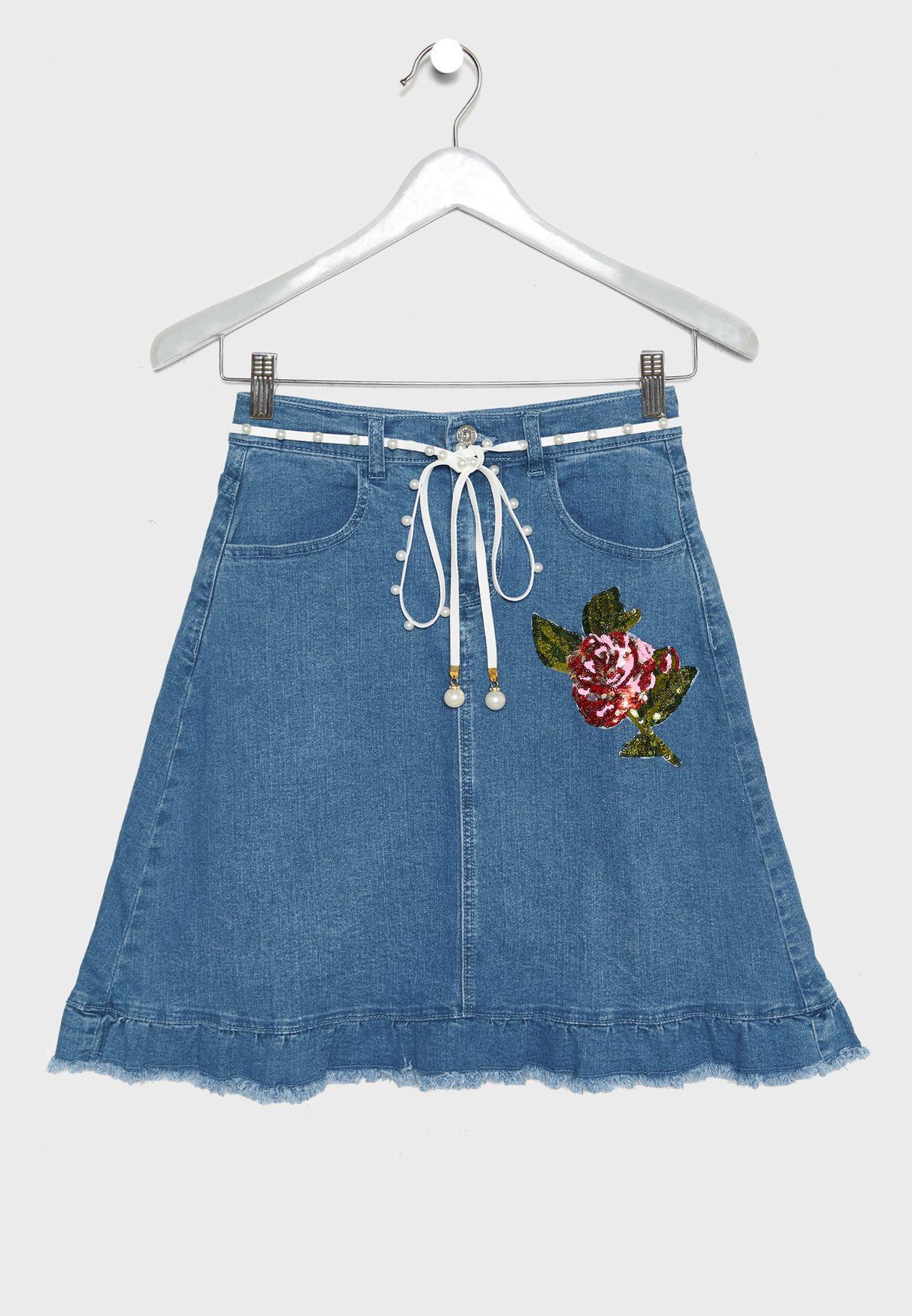 تنورة جينز مزينة بزهرة