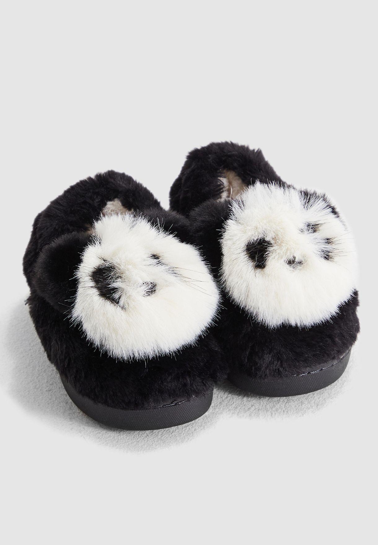 حذاء مزين بفرو شكل باندا