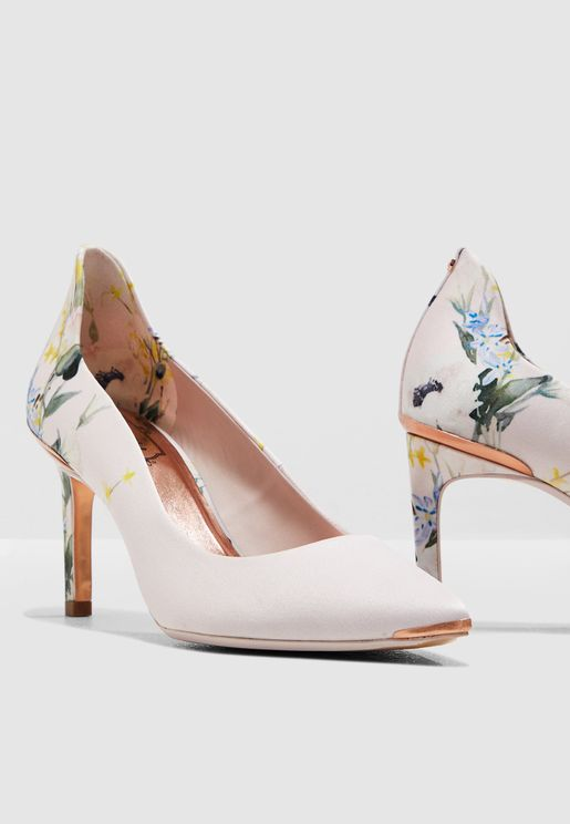 حذاء كلاسيكي بطبعات ازهار
