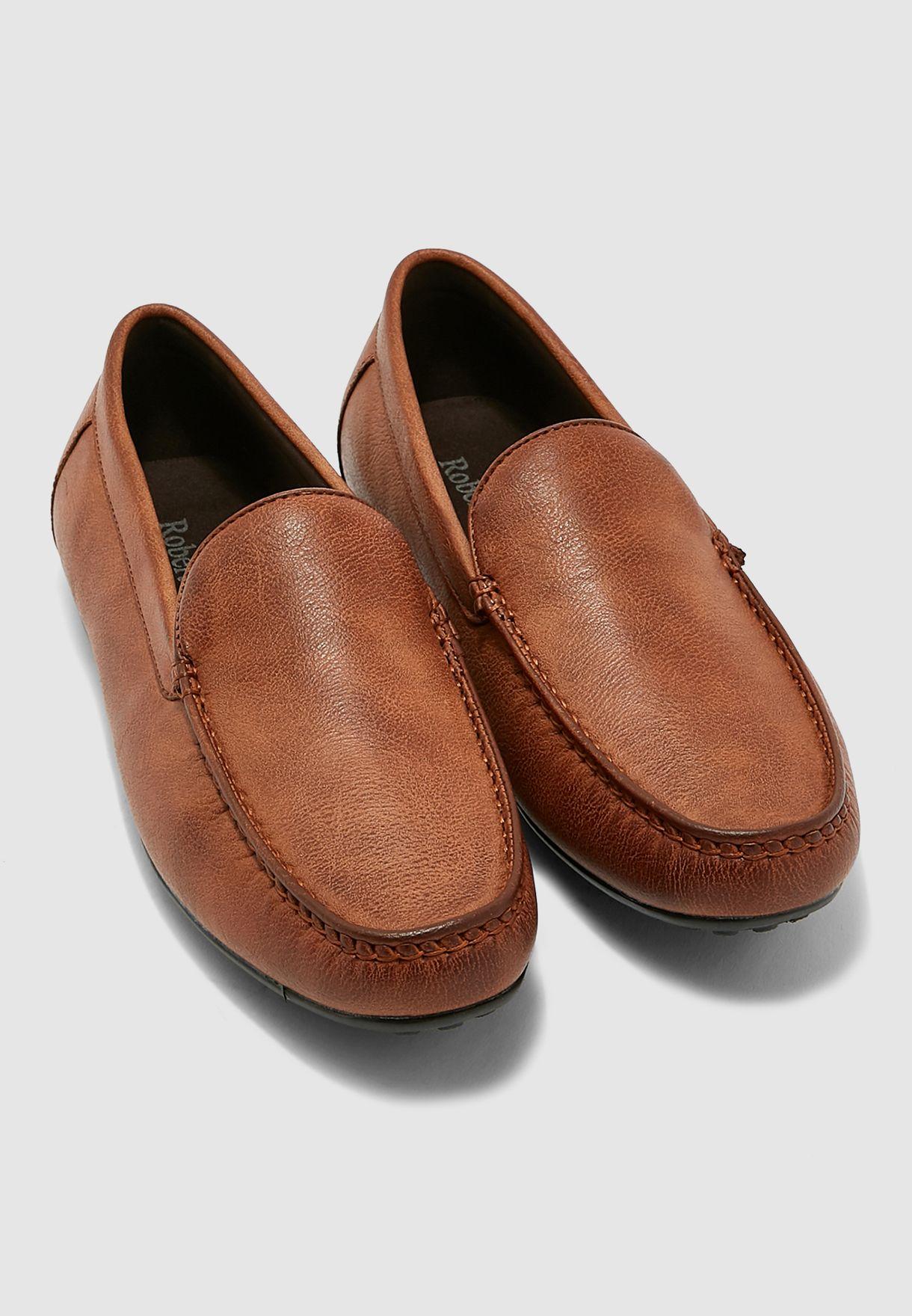 حذاء مزين بدرزات