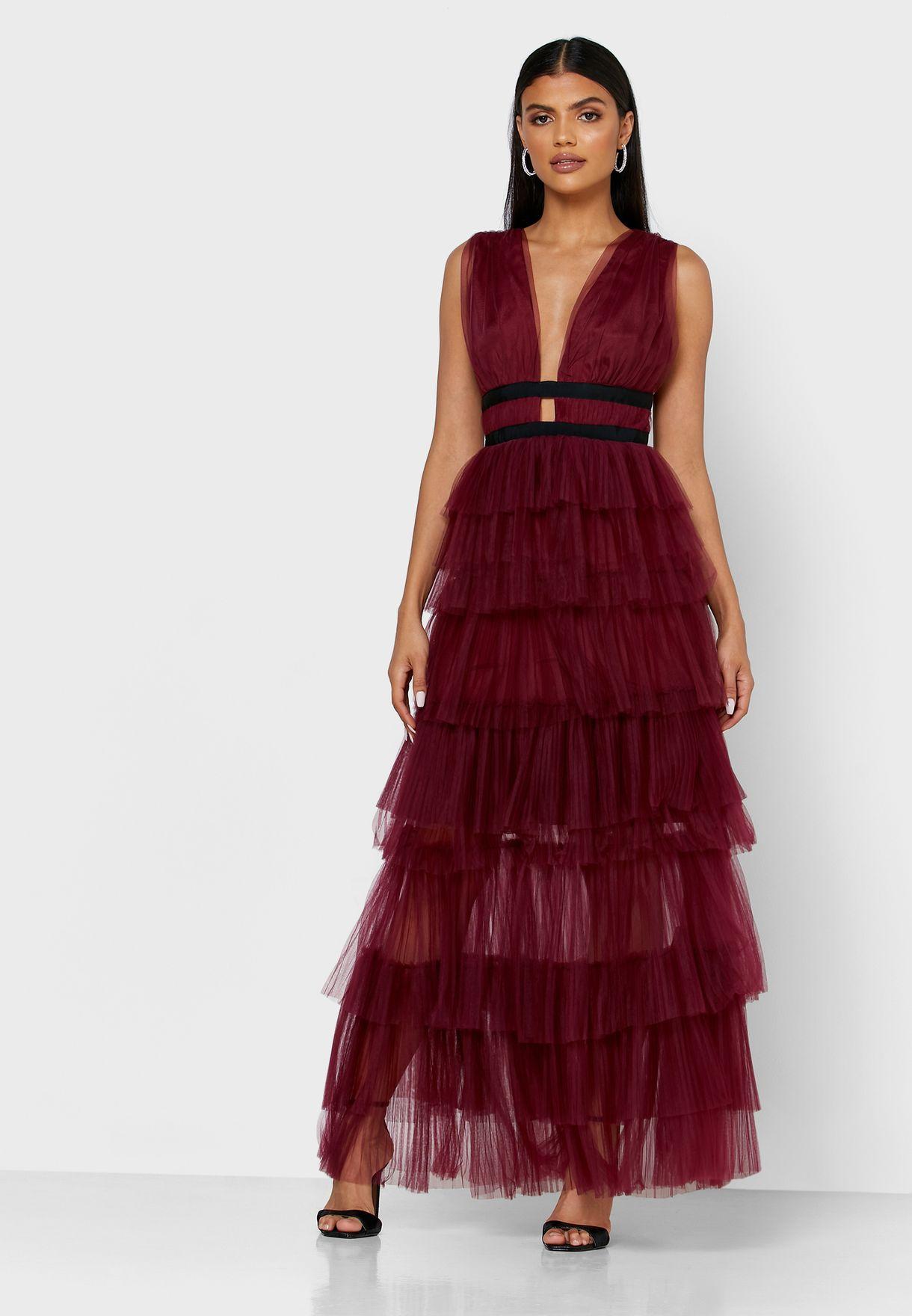 فستان بياقة عميقة بطبقات