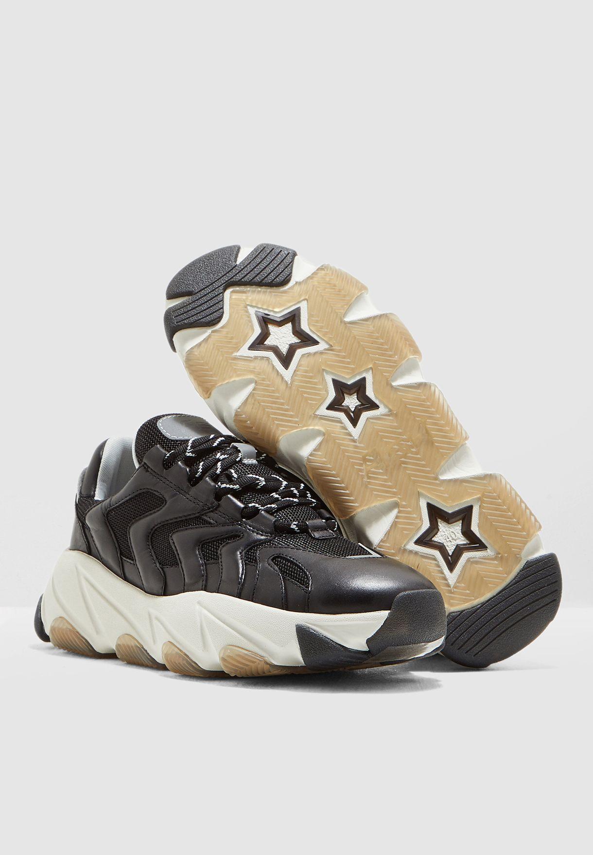 حذاء سنيكرز