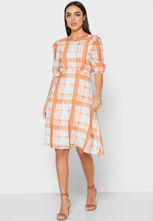 فستان بطبعات مربعات واكمام منفوشة