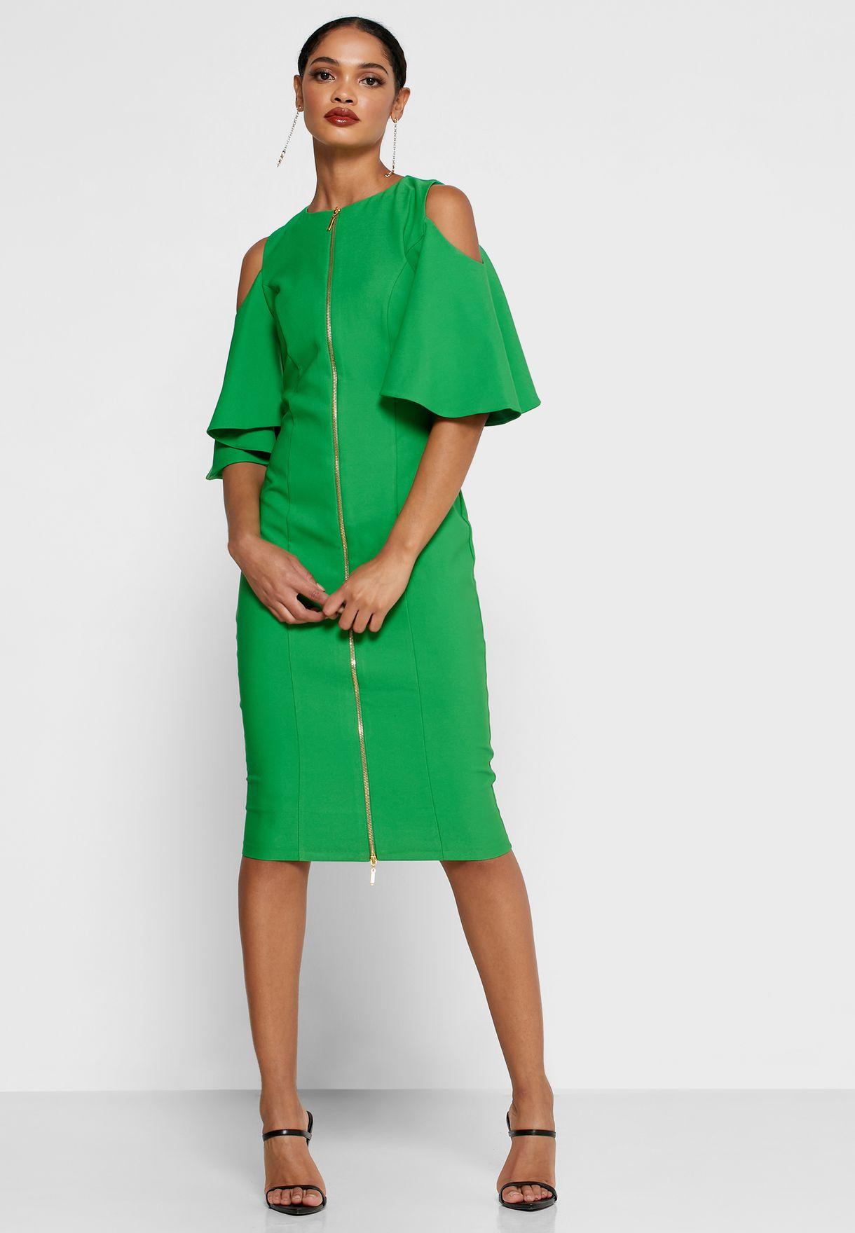 فستان اخضر يكشف الاكتاف