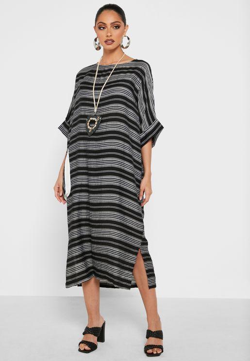 فستان مخطط بياقة دائرية