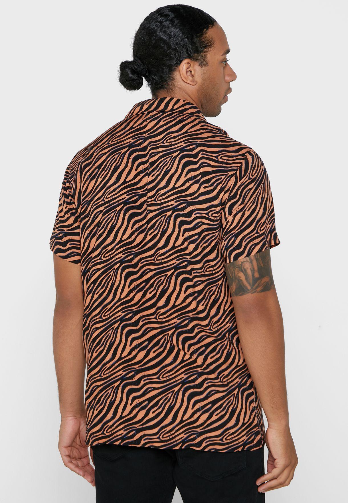 قميص بطبعات جلد حيوان