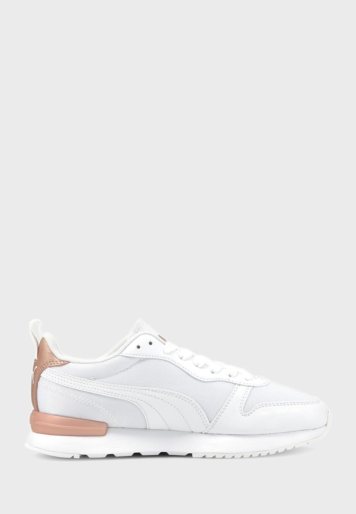حذاء رياضي باجزاء ميتاليك