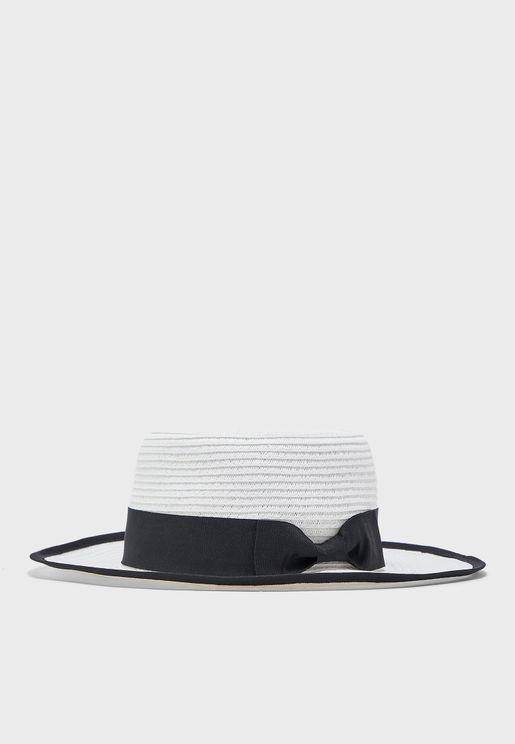 قبعة من القش المضفر