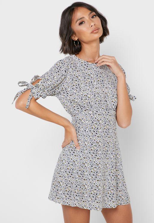 فستان بطبعات ازهار واربطة اكمام