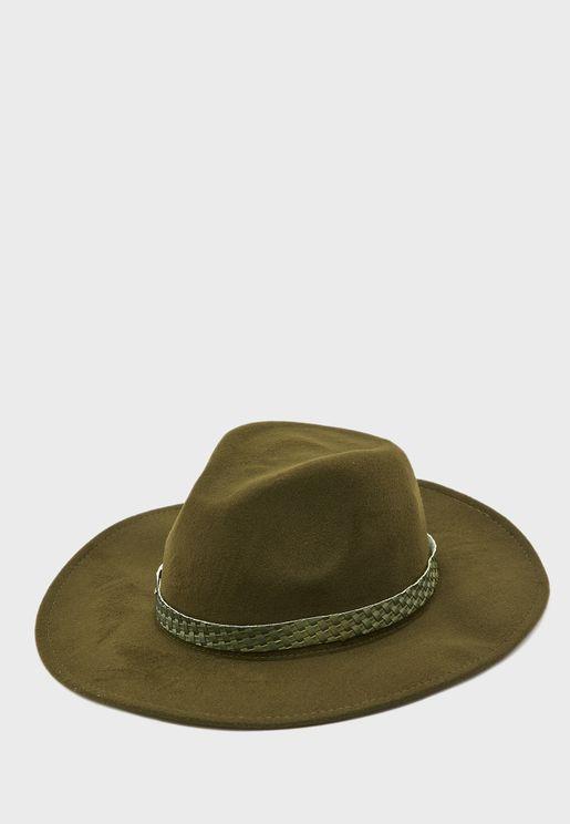 قبعة بحزام مضفر