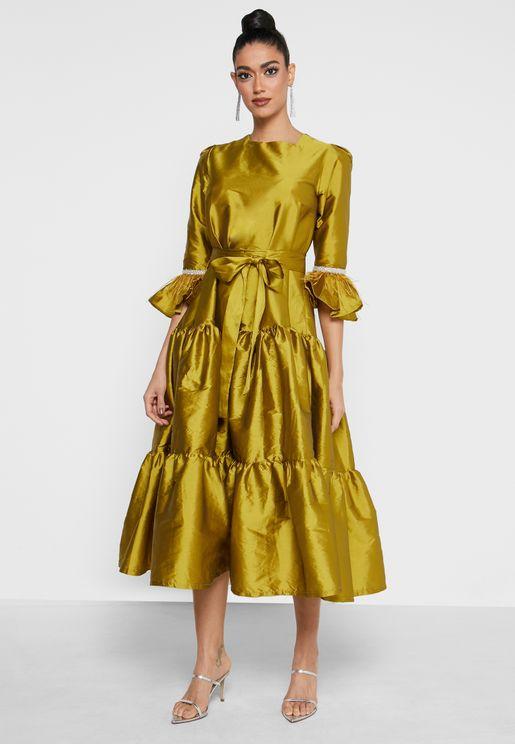 فستان بأطراف مكشكشة واكمام واسعة