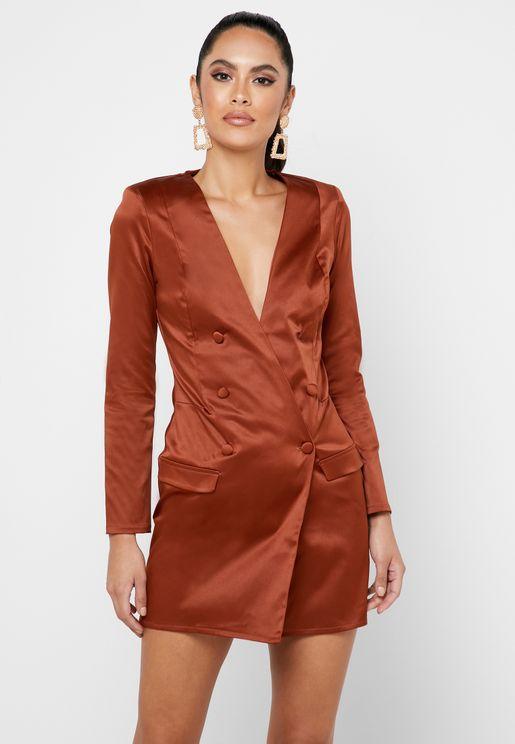 فستان بنمط جاكبت بياقة عميقة