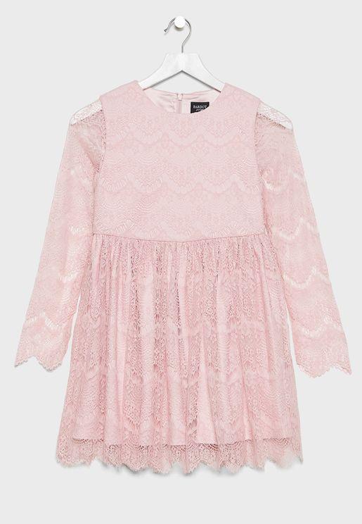 فستان دانتيل بأكمام شفافة