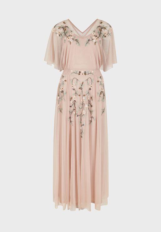 فستان مزين بأزهار وخرز