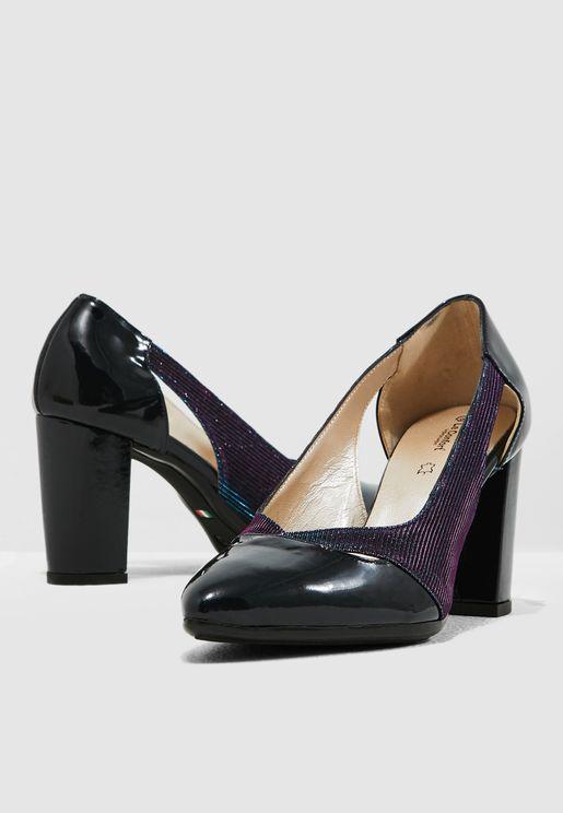 حذاء مزين بفتحات