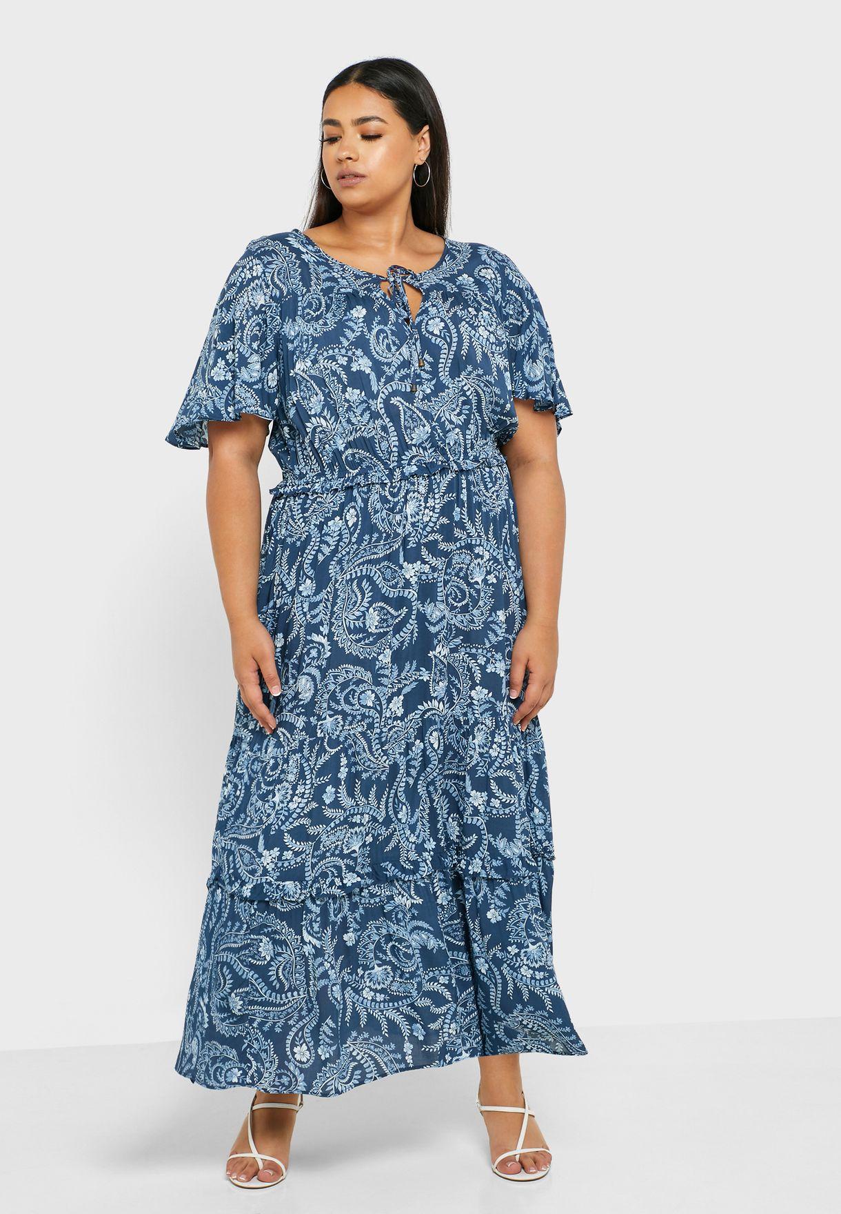 فستان بطبعات وفتحة امامية