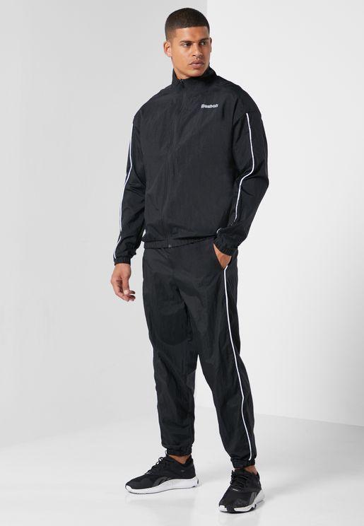 بدلة رياضية مزينة بشعار الماركة