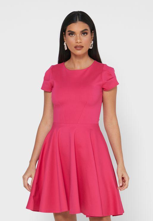 فستان بياقة دائرية وكسرات