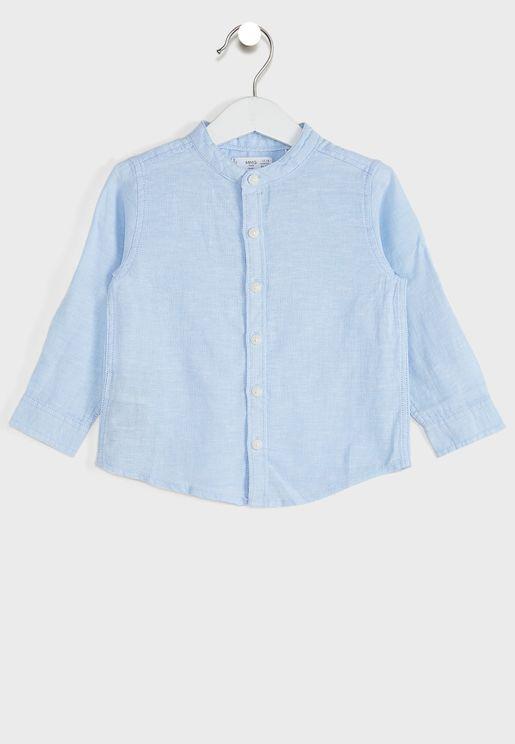 قميص بأكمام مطوية وياقة من دون طيّات