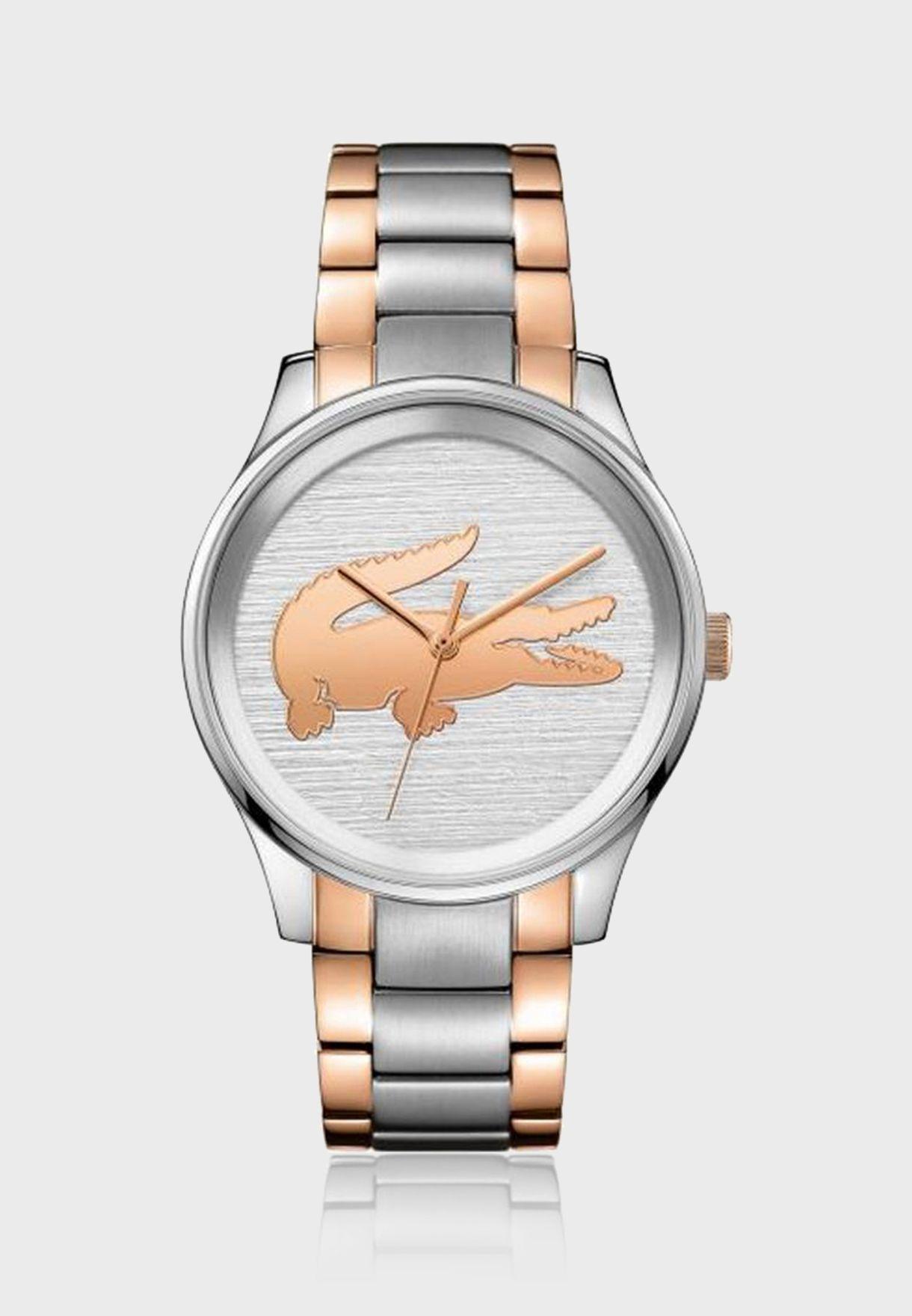 ساعة مزينة بشعار الماركة