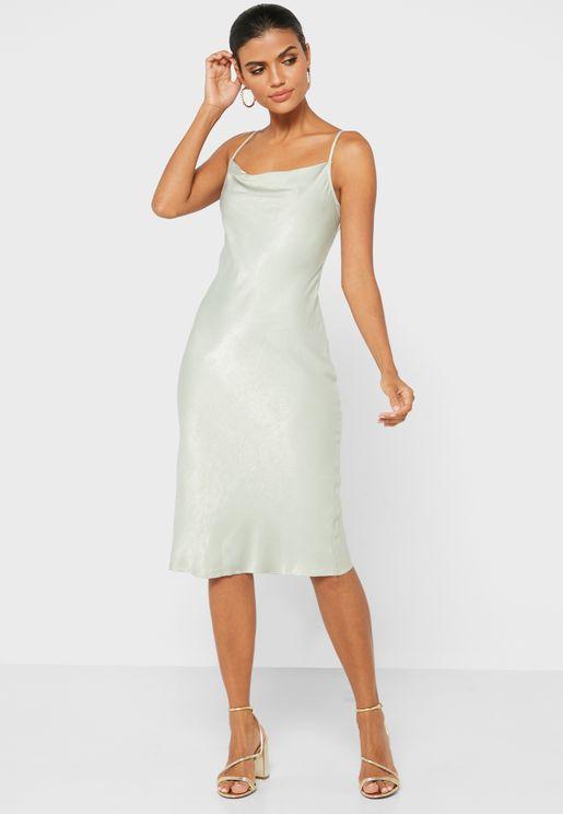 فستان بياقة منسدلة وفتحة خلفية