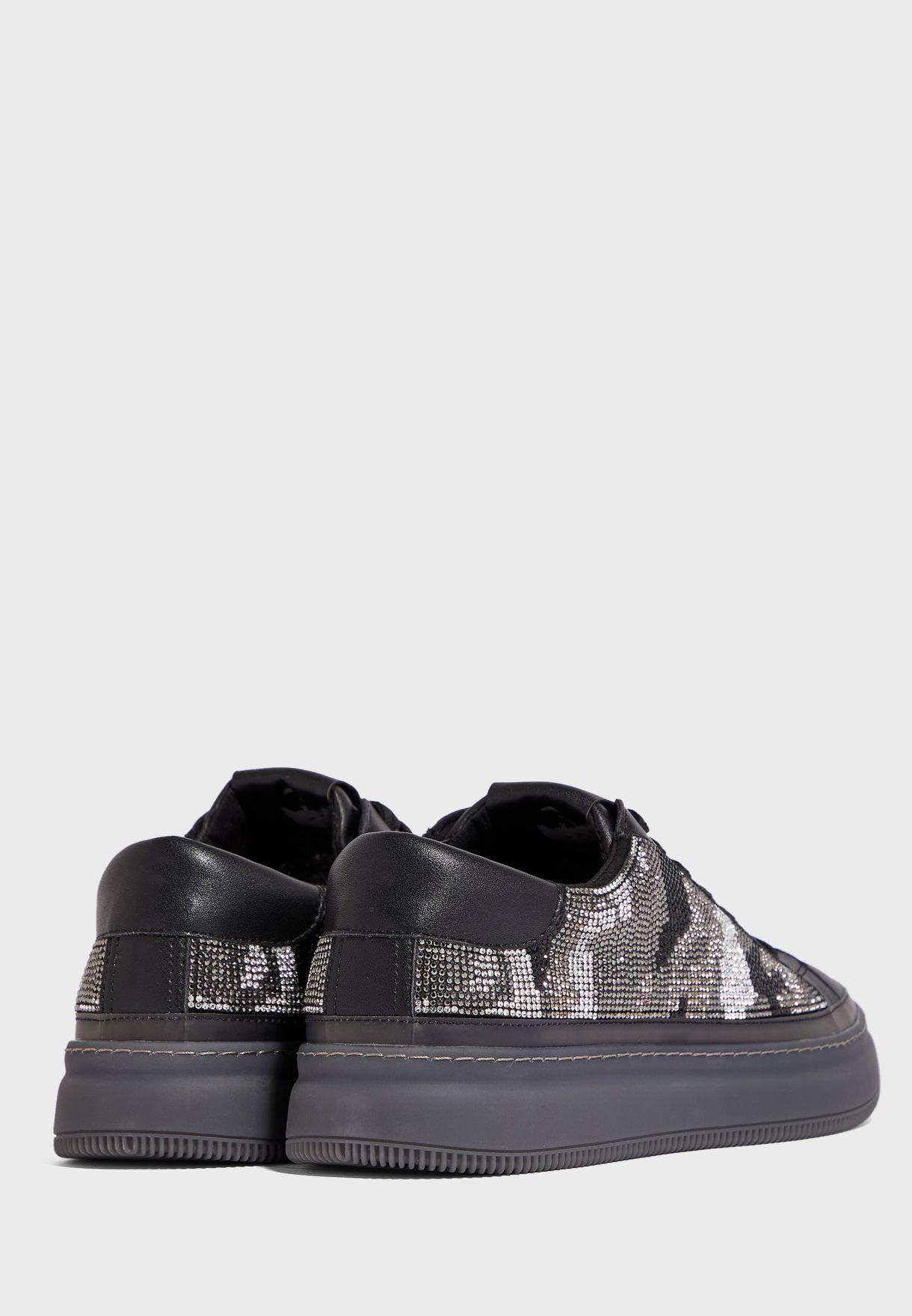 حذاء سنيكرز مزين بدبابيس