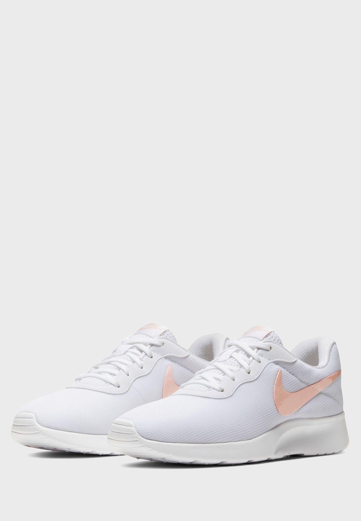 حذاء تانجون بشعار الماركة