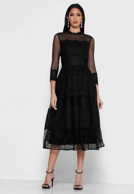 فستان بياقة عالية وطبقات شبكية