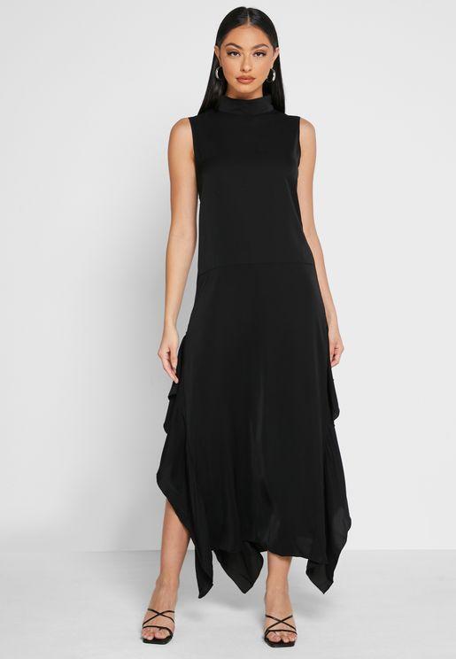 فستان بياقة عالية وكشكش
