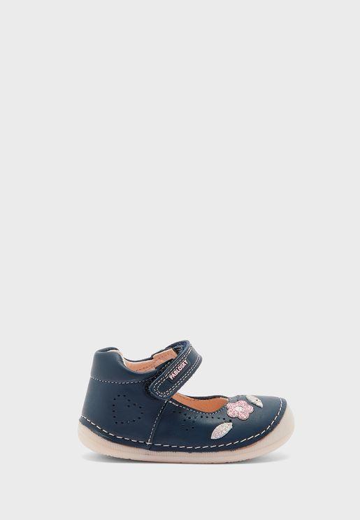 حذاء مزين بزهرة