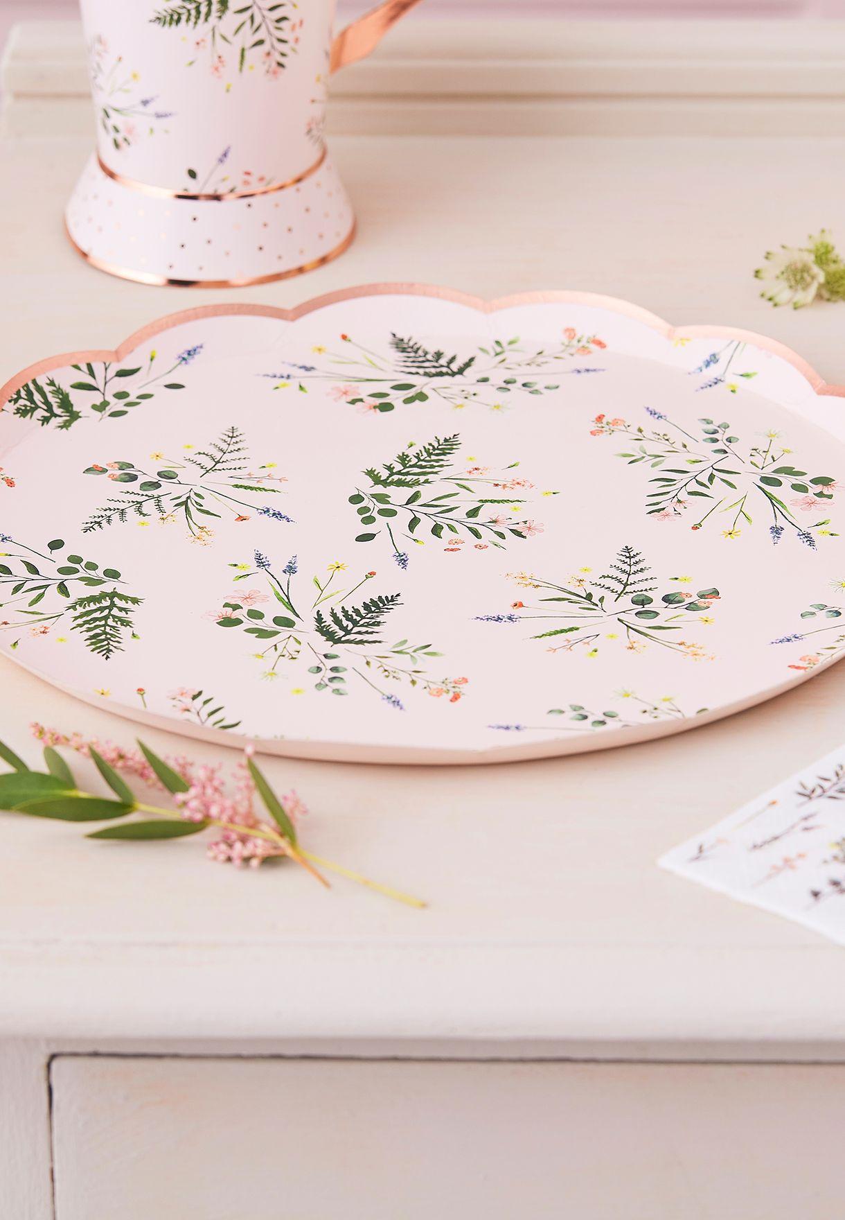 أطباق مزينة بزهور لحفلات الشاي