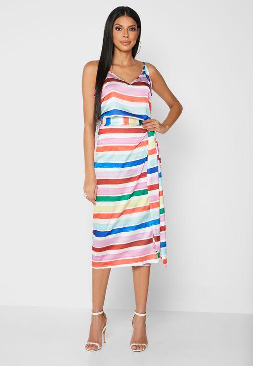 فستان بياقة عميقة بشق في الامام
