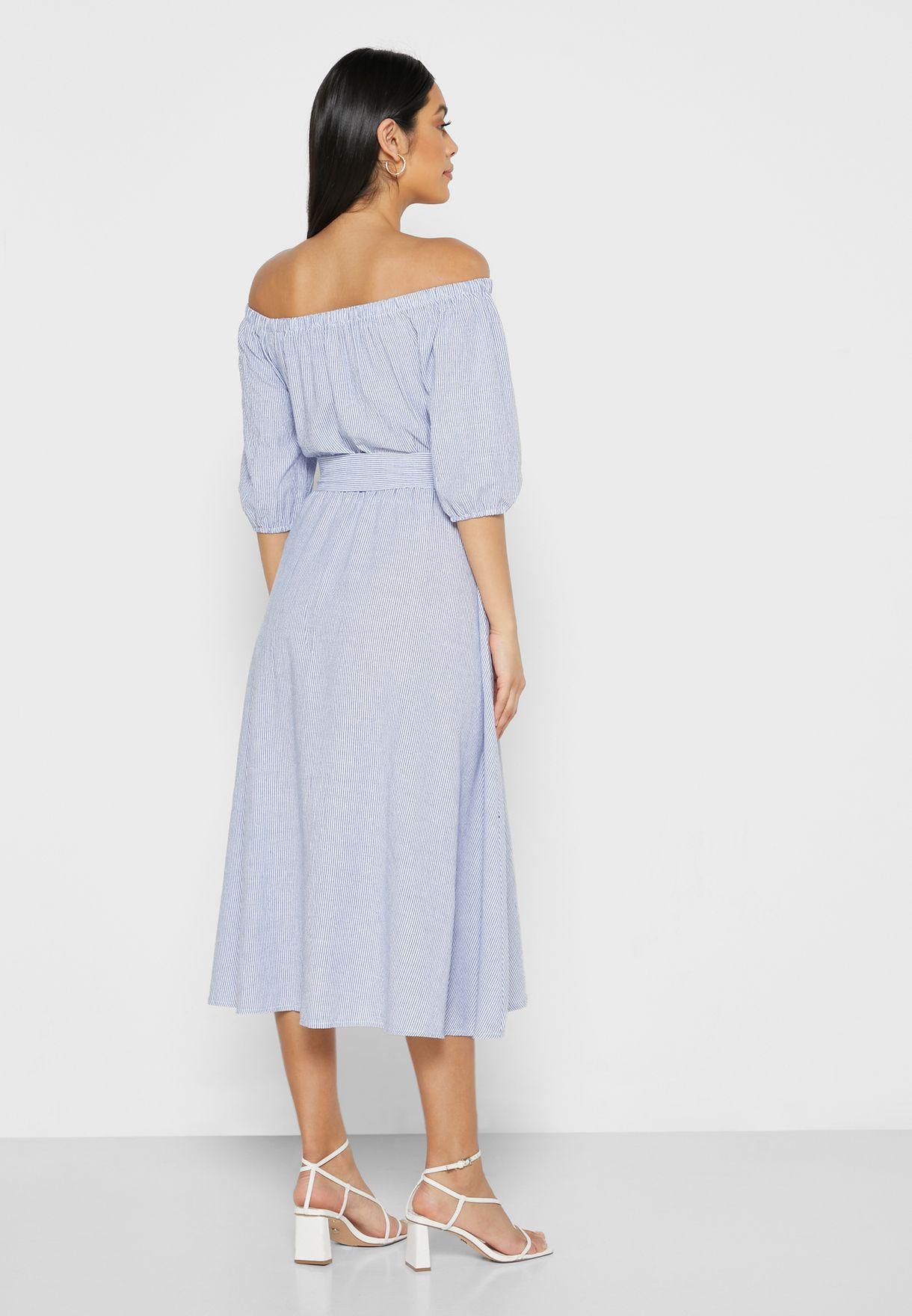 فستان مخطط يكشف الاكتاف بأربطة خصر