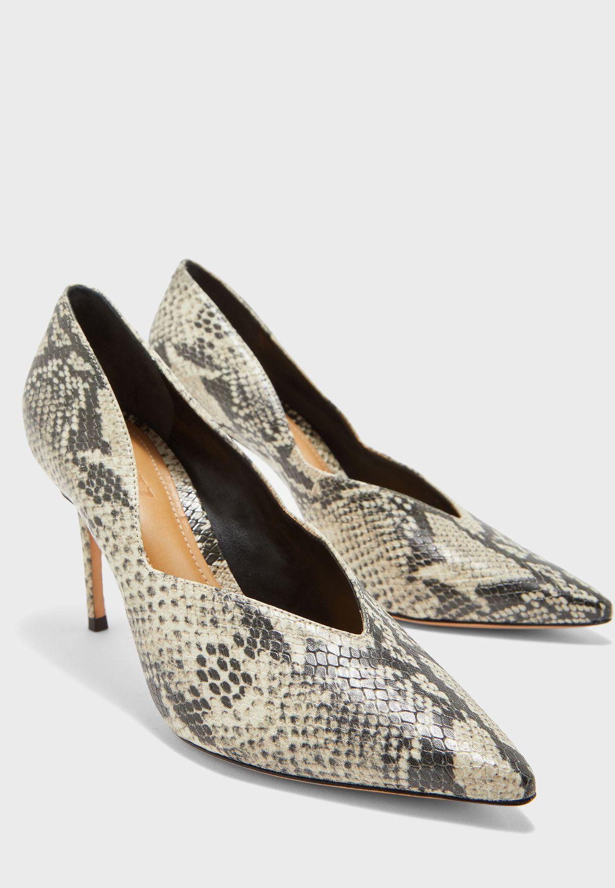 حذاء مطبع بمقدمة مدببة