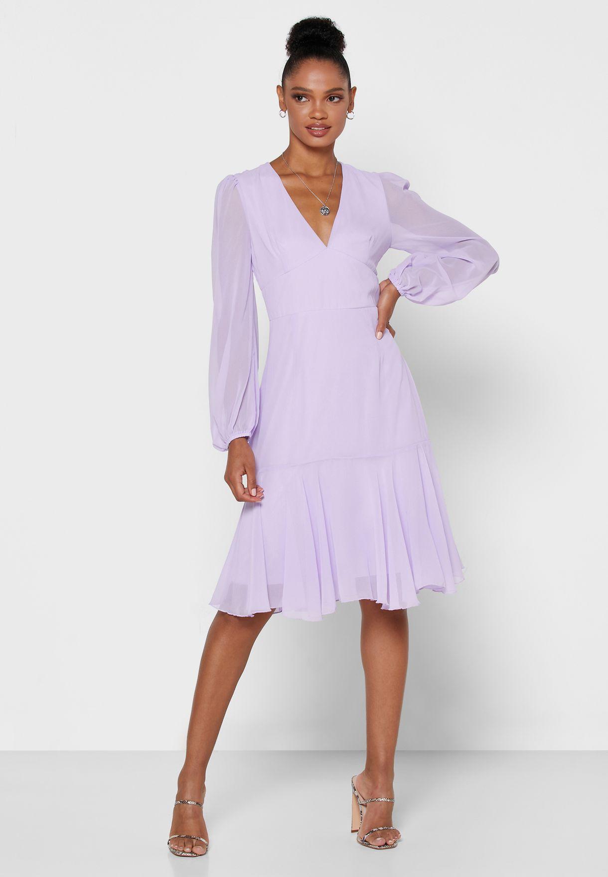 فستان بياقة عميقة واكمام منفوشة