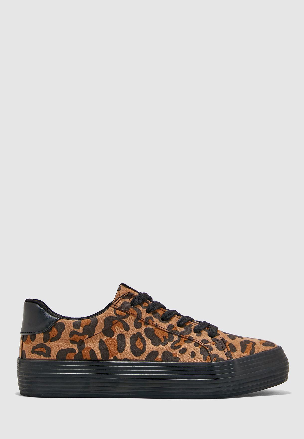 حذاء سنيكرز بطبعات حيوان