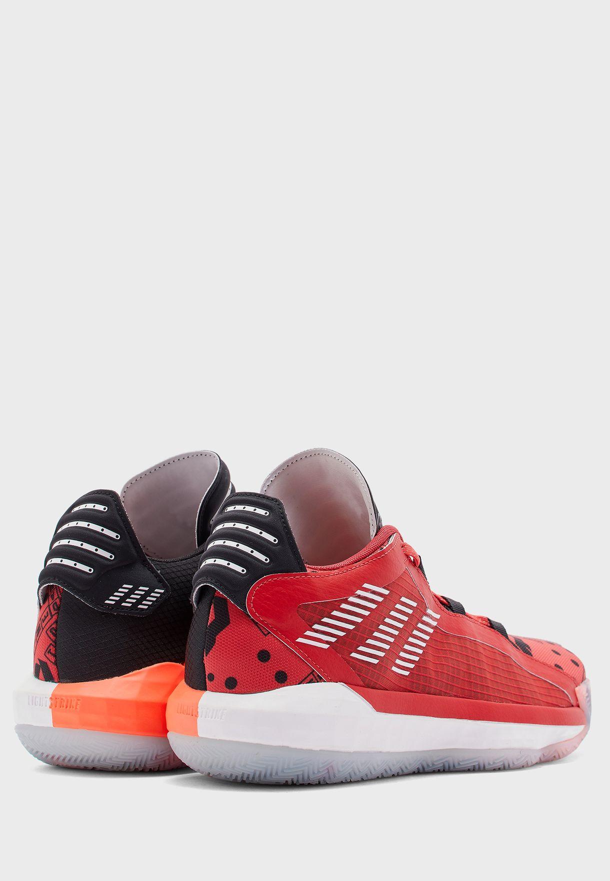 حذاء من مجموعة أديداس x داميان ليليارد