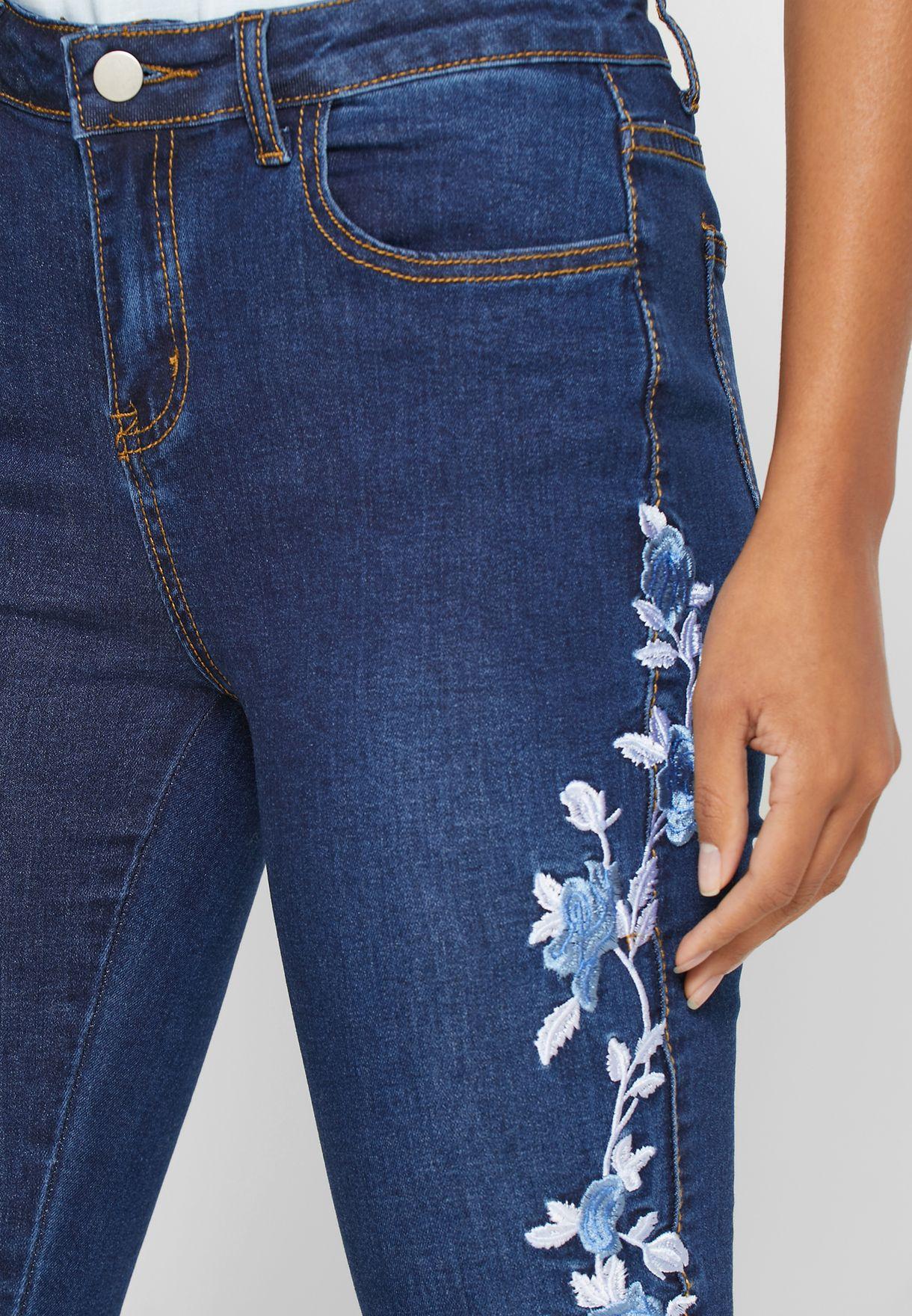 جينز سكيني مطرز بأزهار