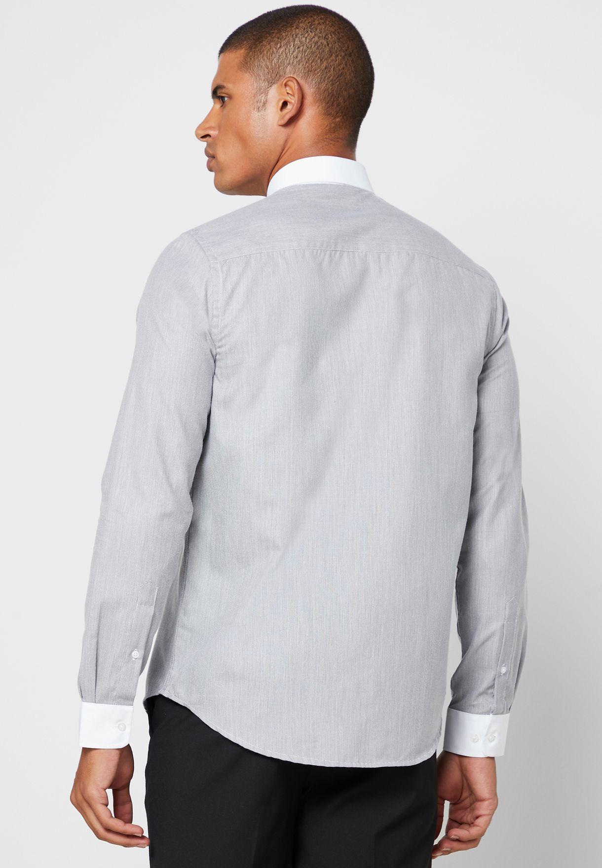 قميص مخطط بياقة مغايرة
