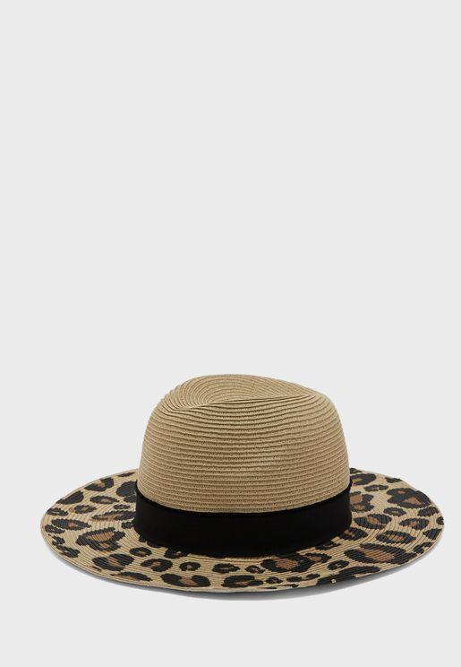 قبعة بطبعة جلد حيوان