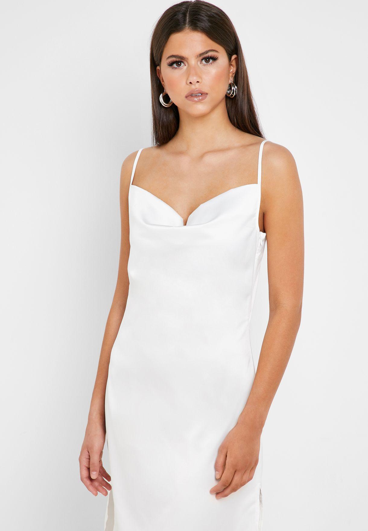 فستان بشقوق جانبية